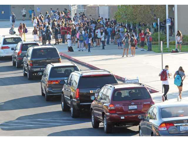 School pick up/drop off traffic jam (Photo Santa Clarita Valley Signal)